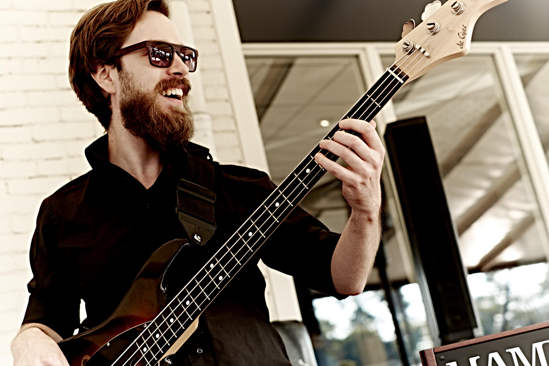 Welkom op de website van Maarten Bakker: Basgitarist, Docent Basgitaar en Vakdocent Muziek.